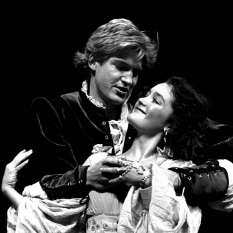 Neil-McCarthy-as-Cassio-Gaynor-Young-as-Bianca-©-Ruphin-Coudyzer.jpg